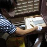 土蔵内での古文書探索